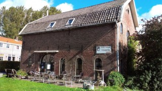 Wilt u een biertje drinken, dat kan bij ons. Wij hebben een kleine brouwerij met een leuk proeflokaal in Heukelum, Deze stad ligt op de grens van Zuid Holland, Gelderland en Utrecht. Centraal in Nederland, maar verwijderd van de drukte. Op zaterdagmiddag zijn wij van 14.00 tot 19.00 geopend. Dan kunt u een glas van onze bieren uit de tap drinken. Als we bier op fles hebben, kunt u het ook thuis proeven. Wij verzorgen ook rondleidingen, echter alleen op afspraak.