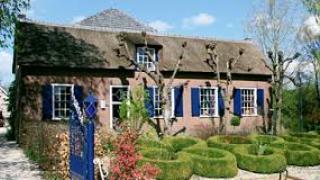 De blauwe Deel hanteert als uitgangsprincipe het inrichten van interieurs gebaseerd op historie. De kunststijlen Antiek, Art Nouveau, Art Deco, de Fifties en Modern Design worden op een eigenwijze manier aangeboden.