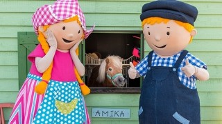 Avonturenboerderij Molenwaard  Beleef met de hele familie het Hollandse landleven: van koe melken, tractor rijden en bootje varen tot vogels kijken, pony rijden en verdwalen in het wilgendoolhof. Knuffel de dieren, ontdek de oude ambachten en proef de (h)eerlijke streekproducten. Behaal je boerderijdiploma en geniet van de vrolijke, educatieve shows van o.a. tv-idolen Fien & Teun.  Avonturenboerderij Molenwaard: waar spelen ontdekken is!