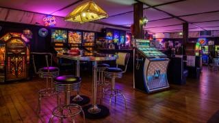 Bij Jukebox Gallery in Leerdam waant u zich werkelijk in de fifties en sixties. In de loop der jaren zijn we er in geslaagd één van de grootste collecties ter wereld aan originele jukeboxen bijeen te brengen om u te verbazen, te verrassen en te verleiden. Naast deze unieke collectie jukeboxen treft u ook andere bijzondere items aan, zoals authentieke poolbiljarts, Coca-Cola-automaten, dinermeubilair, slotmachines en zelfs Belgische dansorgels.
